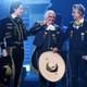 """Don Vicente escogió """"La Derrota"""", que unió con """"Volver, Volver"""" para interpretarla con su hijo Alejandro y su nieto Alex Fernández en la vigésima entrega de los Latin Grammy."""