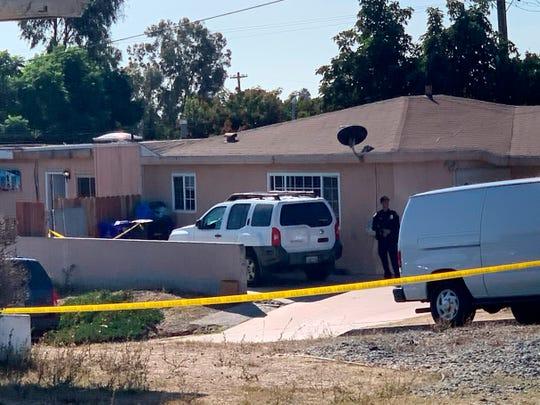 Policías de San Diego mantienen acordonada el área del crimen.