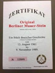 Reproducción del certificado de autenticidad del trozo del muro de Berlín que fue presentado con un mensaje al presidente Donald Trump este sábado en San Diego (California, EE.UU.).