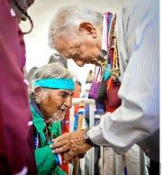 AMLO promete dar más ayudas a los indígenas.