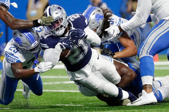 Ezekiel Elliott falls into the end zone for a 1-yard touchdown run during the first half.