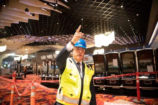 Don Ayers, gerente general de Desert Diamond West Valley, encabezó un tour con los medios.