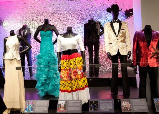 Fotografía a varios trajes y vestidos usados por diversos artistas a lo largo de la historia de los premios Latin Grammy, exhibidos durante la inauguración de una exposición especial por los veinte años de los galardones este lunes, en el Museo de los Grammy de Los Ángeles (EE.UU.).