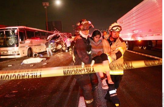 Dos personas más perdieron la vida tras el choque de camiones ayer en la México-Pachuca, con lo que suman 13 decesos.
