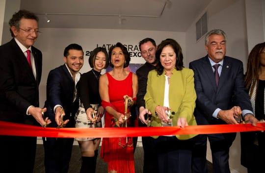 Miembros de la junta y celebridades se unen para cortar el listón que inaugura de forma oficial una exposición especial por los veinte años de los premios Latin Grammy este lunes, en el Museo de los Grammy de Los Ángeles (EE.UU.).