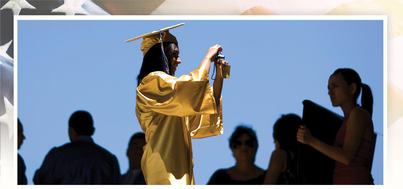 Alejandra Valenzuela, 17, toma fotos de sus compañeros durante su graduación de la escuela secundaria Carl Hayden en Arizona.