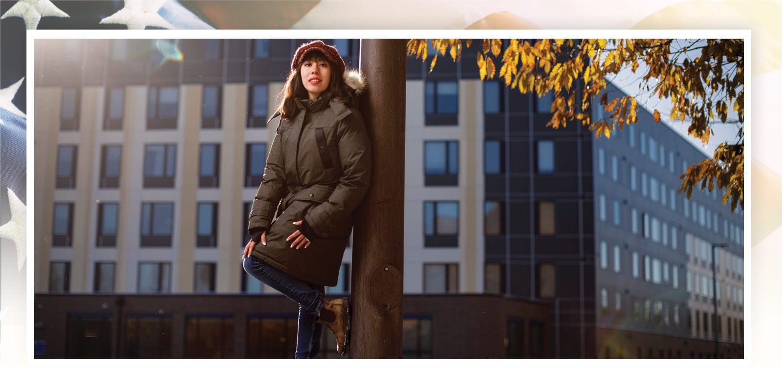 El estudiante Leslie Hurtado posa para una foto en el campus de la Northeastern Illinois University el 12 de noviembre del 2019.