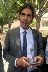 El voluntario del grupo No Más Muertes, el activista Scott Warren, habla durante unas declaraciones a la prensa hoy en las afueras de la Corte Federal DeConcini en Tucson, Arizona.