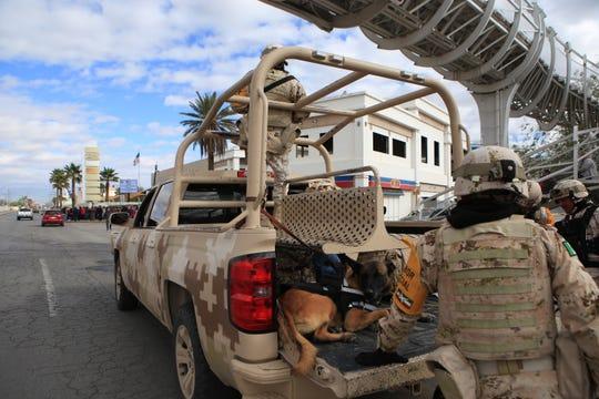 Efectivos del Ejército Mexicano permanecen a la expectativa, este jueves, cerca del consulado de Estados Unidos en la fronteriza Ciudad Juárez, en el estado de Chihuahua (México).