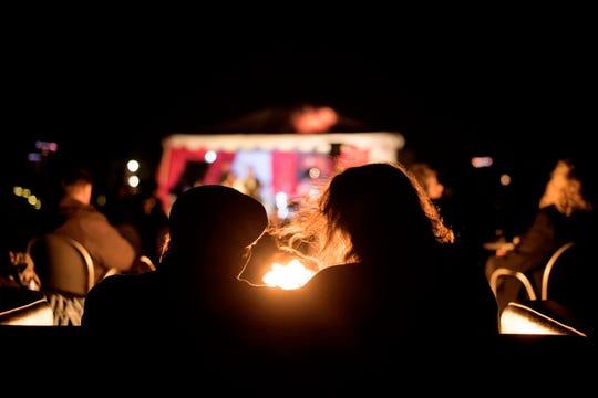 Disfrute de Las Noches de las Luminarias caminando con una deliciosa bebida caliente acompañado de los seres queridos.