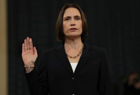 La ex asesora de Trump, Fiona Hill, toma el juramento antes de declarar ante el comité.