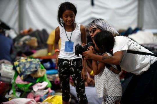 Una fotógrafa convive con unas niñas en un albergue migrante en México.