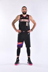 Ricky Rubio, jugador de los Suns, muestra el nuevo uniforme.