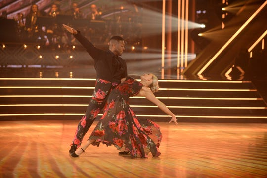 Kel Mitchell and partner Witney Carson dance in the semi-finals.