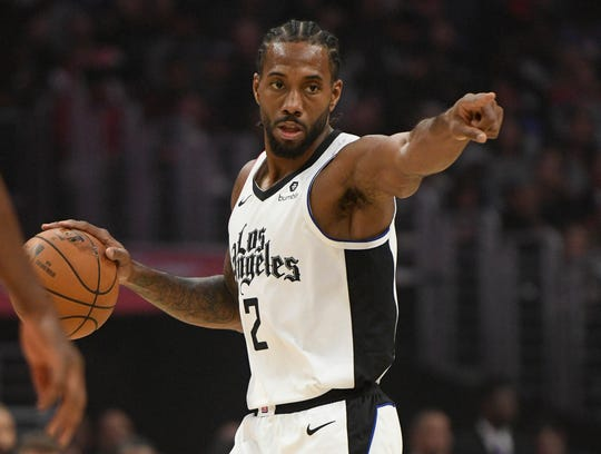 Clippers forward Kawhi Leonard directs the offense against the Rockets.