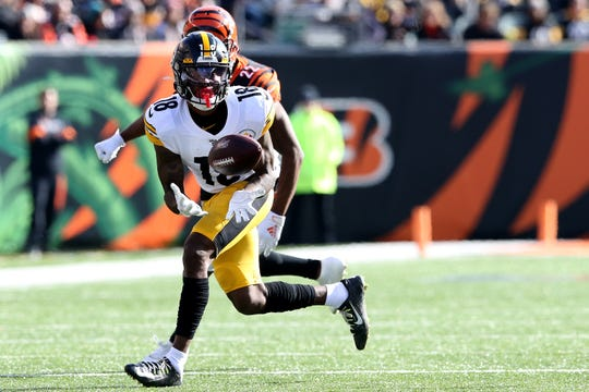 Pittsburgh Steelers wide receiver Diontae Johnson (18) completes a catch as Cincinnati Bengals cornerback William Jackson (22) defends in the first quarter of an NFL Week 12 game, Sunday, Nov. 24, 2019, at Paul Brown Stadium in Cincinnati.