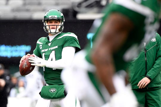 New York Jets quarterback Sam Darnold (14) warms up on the field before facing the Oakland Raiders at MetLife Stadium on Sunday, Nov. 24, 2019, on East Rutherford.