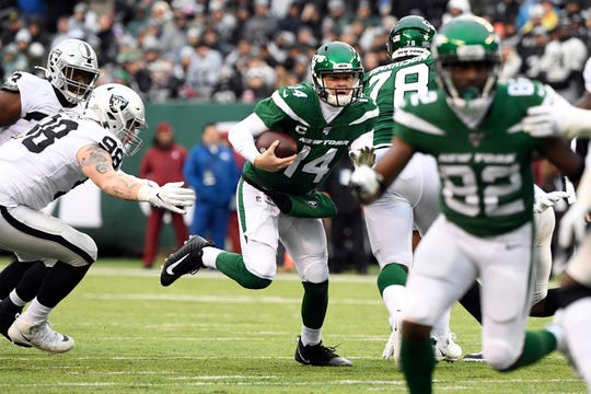 New York Jets quarterback Sam Darnold (14) rushes against the Oakland Raiders in the first half of an NFL game at MetLife Stadium on Sunday, Nov. 24, 2019, on East Rutherford.