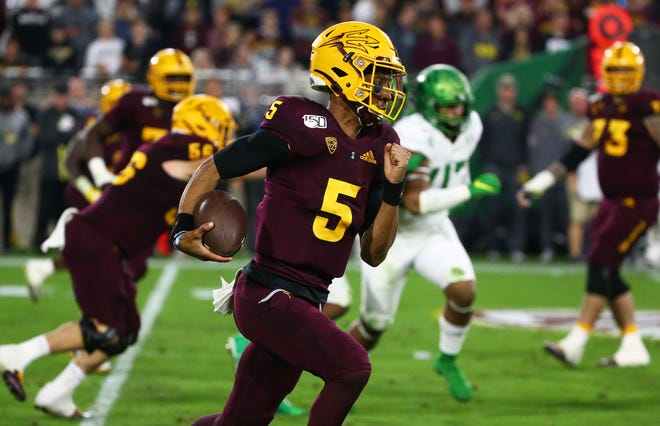Arizona State Sun Devils quarterback Jayden Daniels (5) runs the ball against the Oregon Ducks in the second half during a game on Nov. 23, 2019 in Tempe, Ariz.