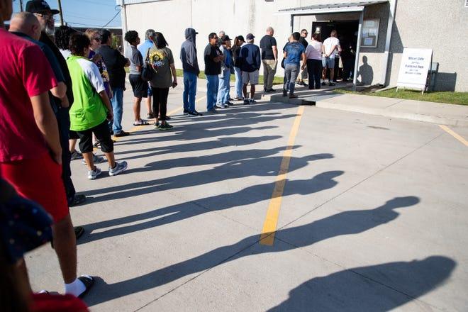 As pessoas estão fazendo fila no escritório de esportes do CCISD na manhã de segunda-feira para comprar ingressos para o terceiro jogo dos playoffs do Miller vs. Veterans Memorial no Buc Stadium na sexta-feira.