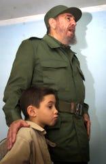 Aquí el pequeño Elián al lado de Fidel Castro.