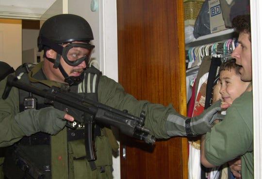 La famosa foto de Elián González, al momento de ser retenido por los marshalls estadounidenses en el 2000.