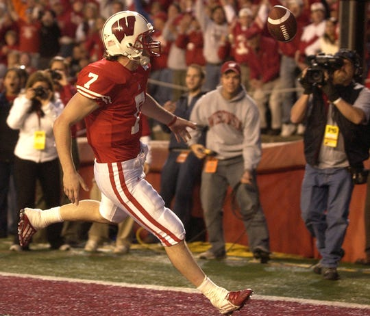 Wisconsin QB John Stocco runs in a two yard touchdown run in the 4th quarter of the game. Wisconsin wins 38-14 over Minnesota.