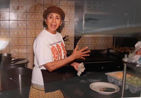 La chef Victoria Chávez le ponía el sazón a los platillos en Los Dos Molinos.