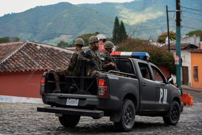 Miembros de la policía militar guatemalteca patrullan las calles.