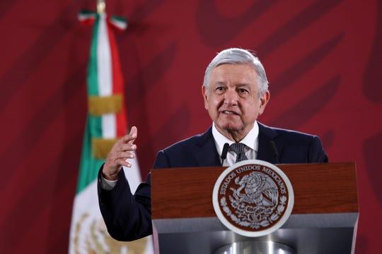 El presidente de México, Andrés Manuel López Obrador, habla hoy lunes, durante su conferencia matutina, en Palacio Nacional en Ciudad de México.