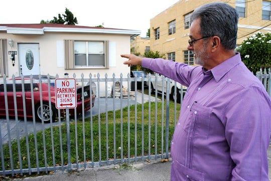 """El líder del Movimiento Democracia Ramón Saúl Sánchez señala la casa donde vivió el """"balserito"""" Elián González con un tío materno en Miami."""