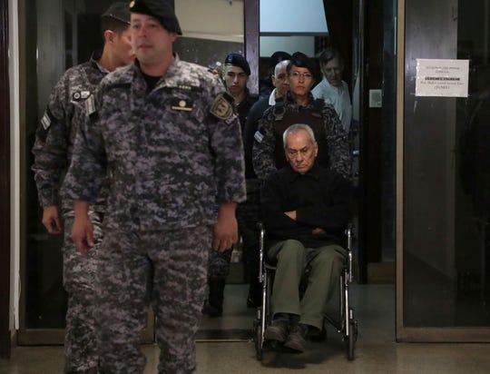 El reverendo Nicola Corradi llega al juzgado en silla de ruedas.