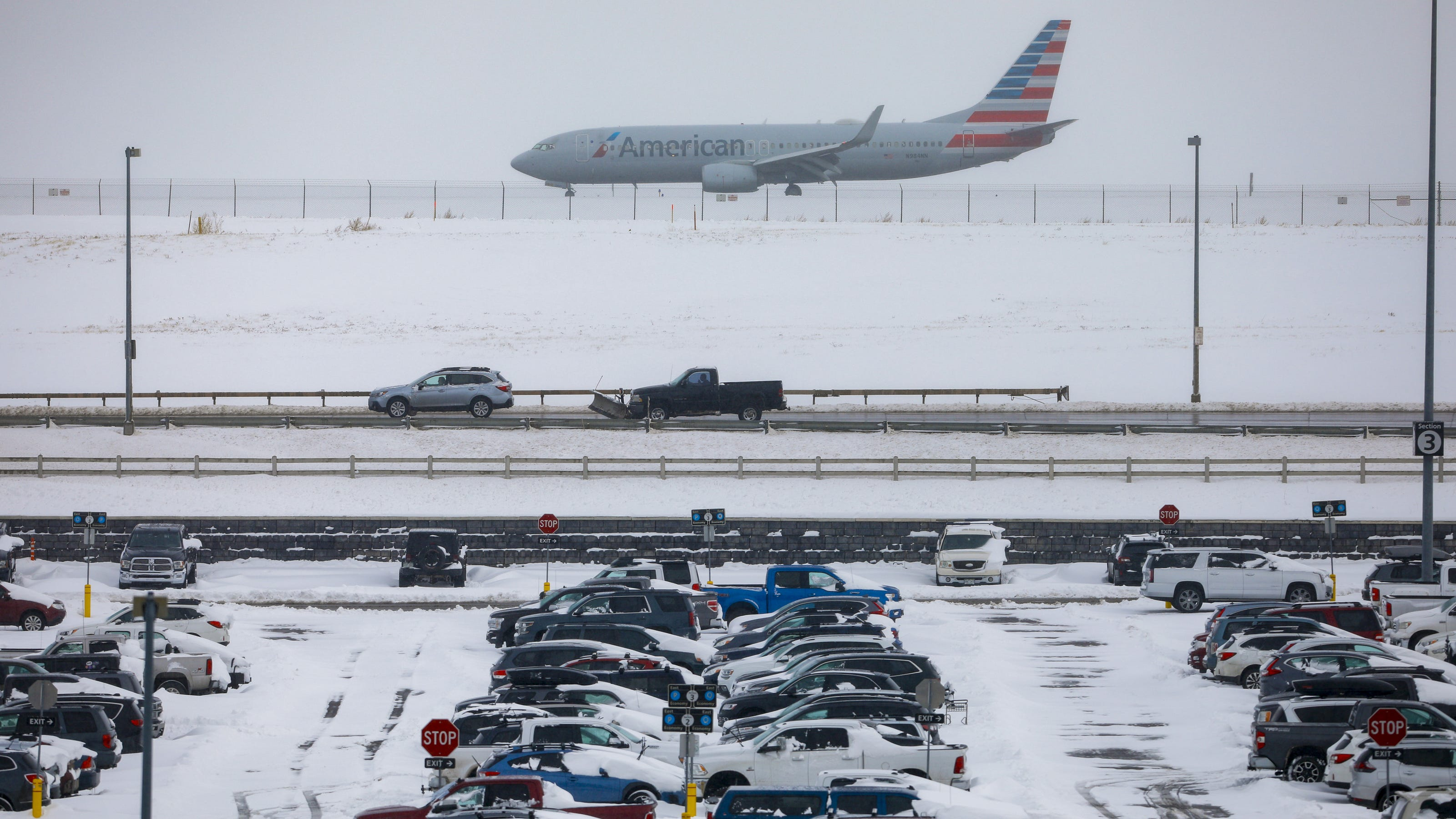 Airlines waive flight change fees amid 869 cancellations, 7,000 delays in Thanksgiving storm - USA TODAY