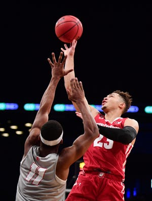 Kobe King (right) shoots over JJ Caldwell of New Mexico.