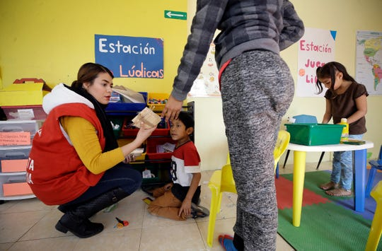 A school was opened by Save the Children at the Albergue Para Migrantes El Buen Samaritano in Juárez for children of asylum-seekers.