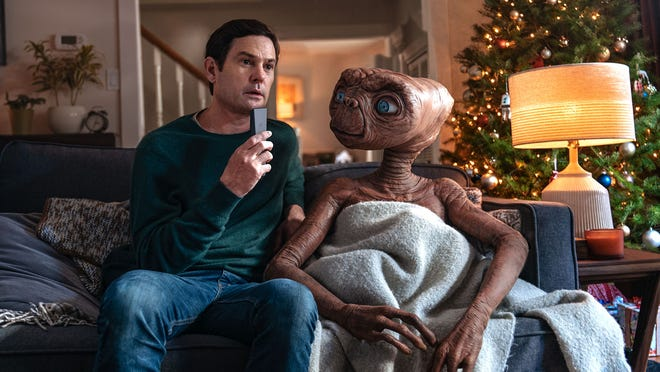 E.T. reunites with Henry Thomas' Elliott from the 1982 movie in a new commercial.