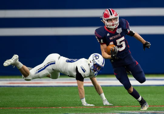 Heritage Hills' Cole Sigler (15) runs the ball at the Heritage Hills vs Bishop Chatard IHSAA State Football Game at Lucas Oil Stadium in Indianapolis, Ind., Friday, Nov. 29, 2019. Bishop Chatard won 34-3 over No. 2 Heritage Hills.