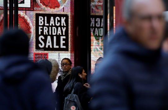 Varios clientes visitan varias tiendas durante la celebración del Black Friday en Nueva York (Estados Unidos).