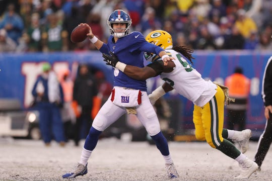 New York Giants quarterback Daniel Jones (8) looks to make a pass while Green Bay Packers outside linebacker Za'Darius Smith (55) attempts to tackle him during the second half of an NFL football game, Sunday, Dec. 1, 2019, in East Rutherford, N.J. The Green Bay Packers won 31-13. (AP Photo/Steve Luciano)