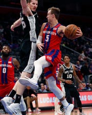 Detroit Pistons guard Luke Kennard (5) passes as San Antonio Spurs center Jakob Poeltl (25) defends during the second half.