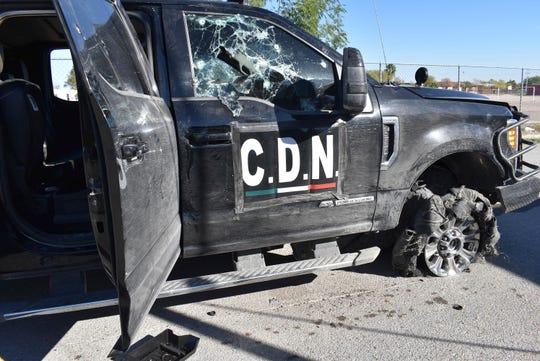 Una camioneta dañada marcada con las iniciales C.D.N., que en español significa Cartel del Nordeste, se encuentra en la calle después de un tiroteo entre las fuerzas de seguridad mexicanas y presuntos pistoleros del cartel, en Villa Unión, México, el domingo, Dic. 1, 2019.