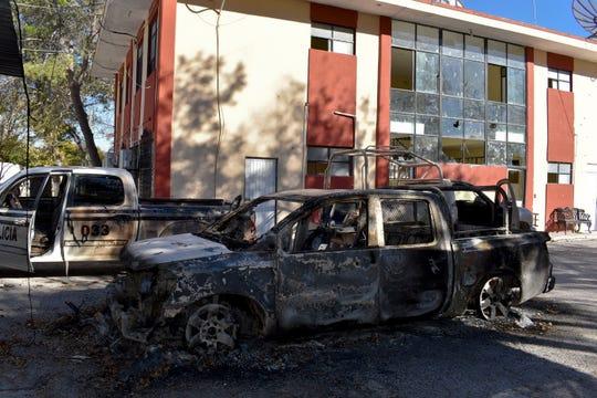 Los vehículos están en el lugar donde quemaron al lado del Ayuntamiento de Villa Unión, México, el domingo 1 de diciembre de 2019, el día después de que fue atacado por hombres armados.