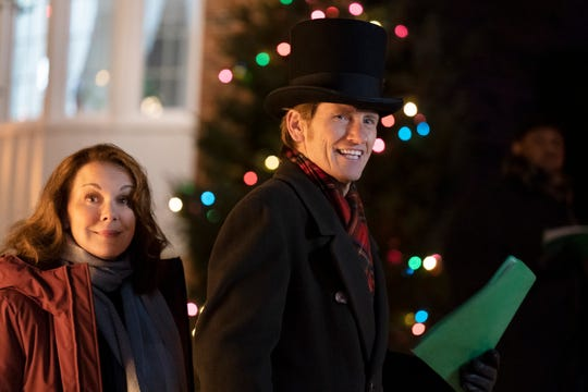 Elizabeth Perkins, left, and Denis Leary play Ann and Sean Moody in Fox's 'The Moodys,' a three-night comedy miniseries that centers on a Chicago family's topsy- turvy Christmas celebration.