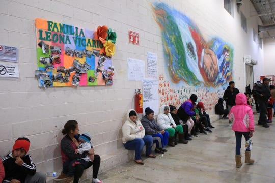 """Migrantes centroamericanos esperan su cita para ser atendidos por las autoridades migratorias estadounidenses, este lunes en el albergue """"Leona Vicario"""", que entró en operaciones el 31 de julio del presente año en Ciudad Juárez, en el norteño estado mexicano de Chihuahua y fronteriza con Estados Unidos."""