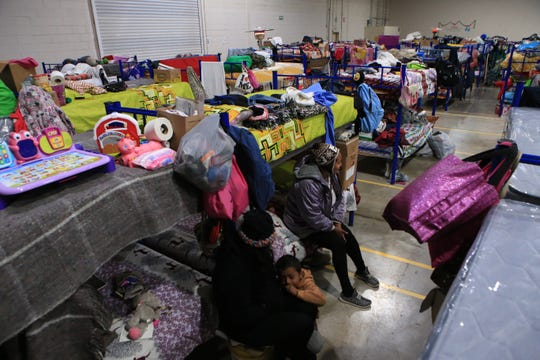 """Migrantes centroamericanos esperan su cita para ser atendidos por las autoridades migratorias estadounidenses, en el albergue """"Leona Vicario"""", este lunes en Ciudad Juárez, en el norteño estado mexicano de Chihuahua y fronteriza con Estados Unidos."""