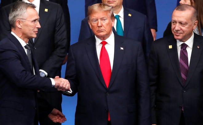 El presidente de EEUU Donald Trump estrecha la mano con el presidente de Turquía Recep Tayyip Erdogan.