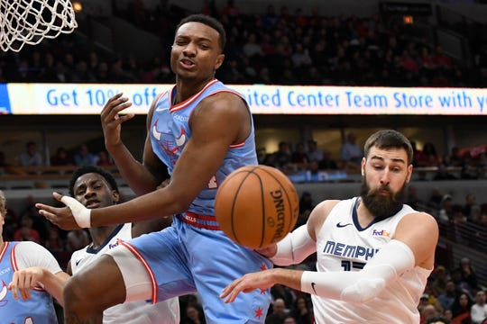 Chicago Bulls center Wendell Carter Jr, left, and Memphis Grizzlies center Jonas Valanciunas, right, go for a loose ball during the first half on Wednesday in Chicago.