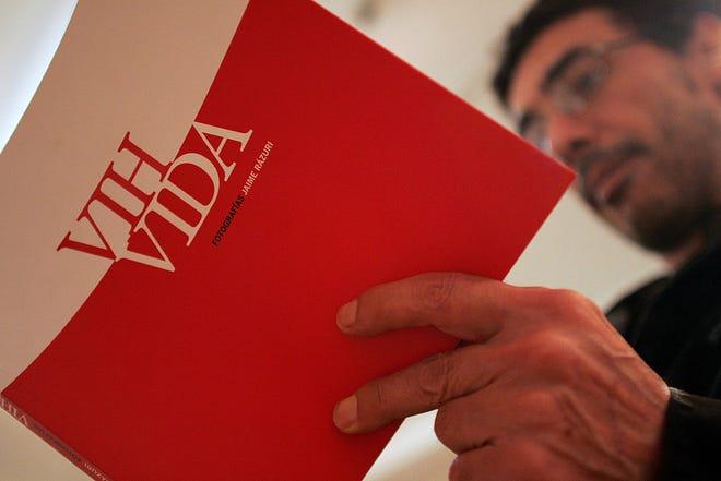 Un hombre lee un folleto acerca de cómo prevenir el VIH-Sida.