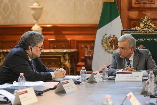 Fotografía cedida por Presidencia de México de AMLO (d) y el fiscal general de EE.UU. William Barr (i).
