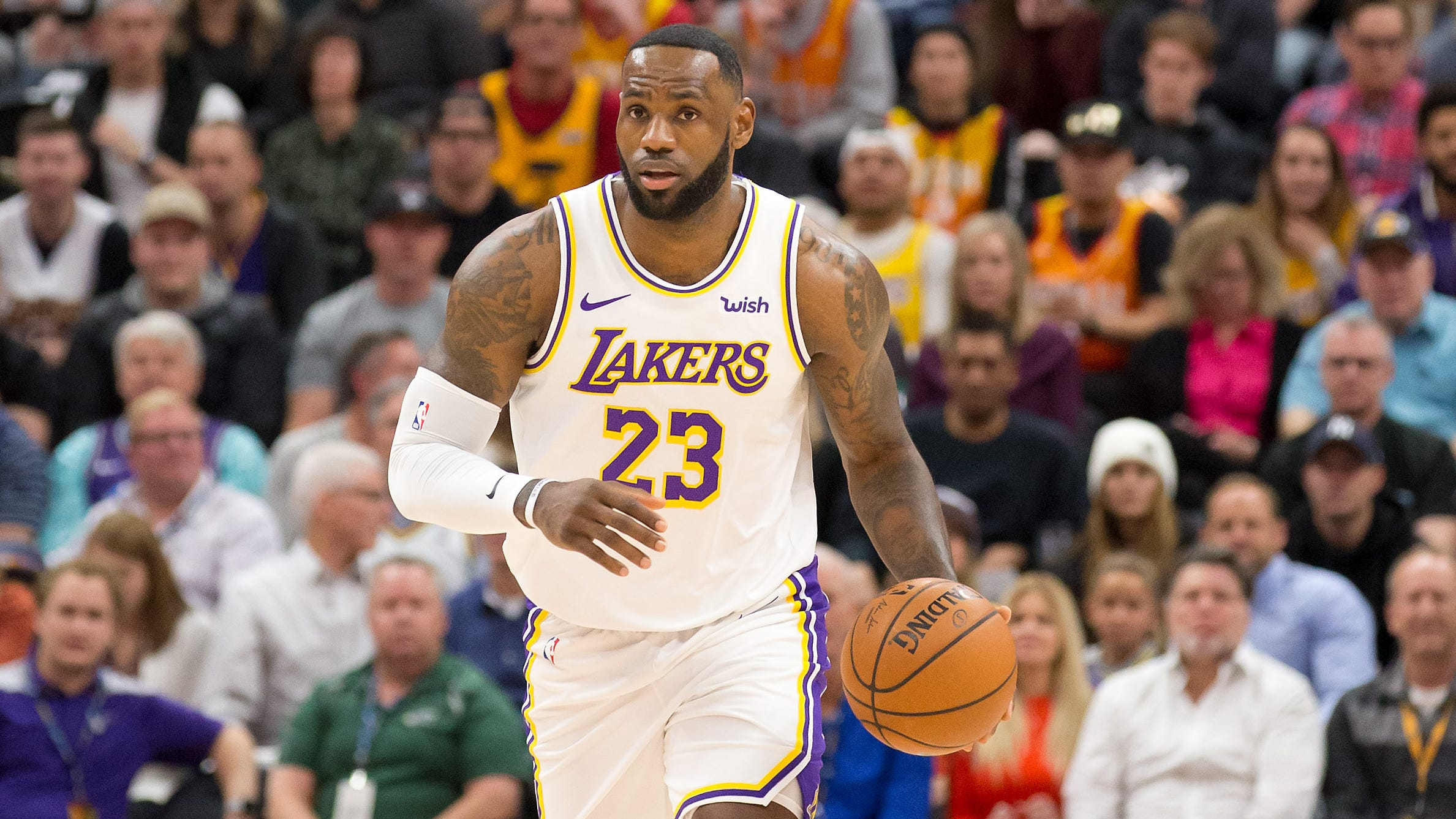 LeBron James got away with a hilarious, blatant travel in Lakers ...